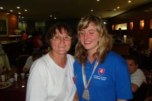Karinka so striebornou medailou a s trénerkou